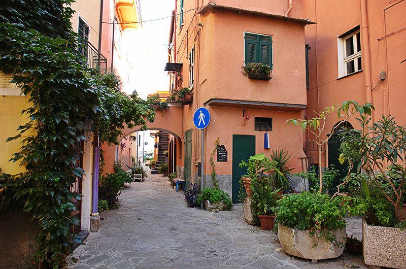 Een romantische straat in Imperia, Porto Maurizio