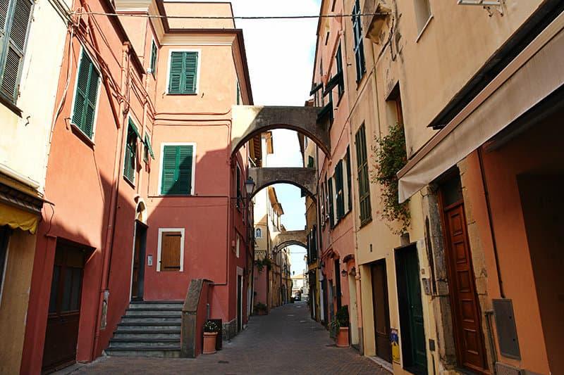 Een romantische straat van Riva Ligure