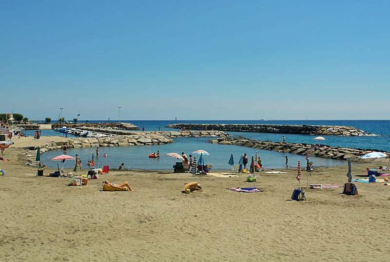Een prachtige zandstrand van Riva Ligure