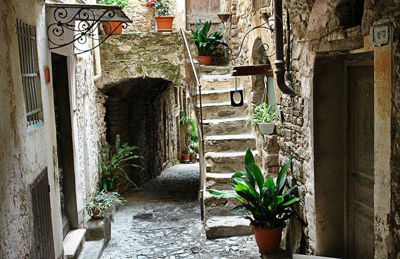 Een romantische straat in Apricale