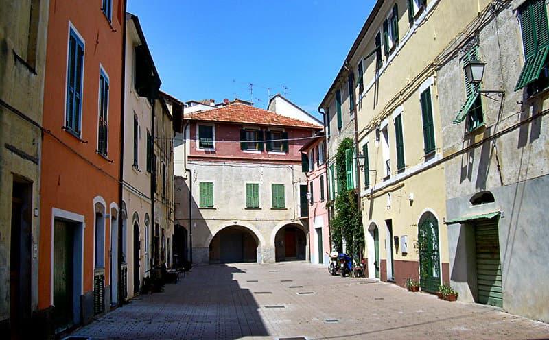 Een oude plein in San Bartolomeo al Mare