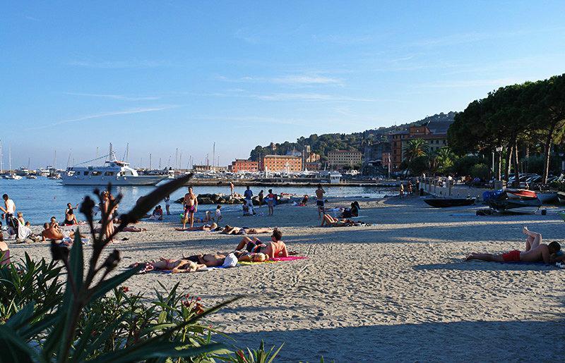Een prachtig uitzicht van Santa Margherita Ligure en het strand