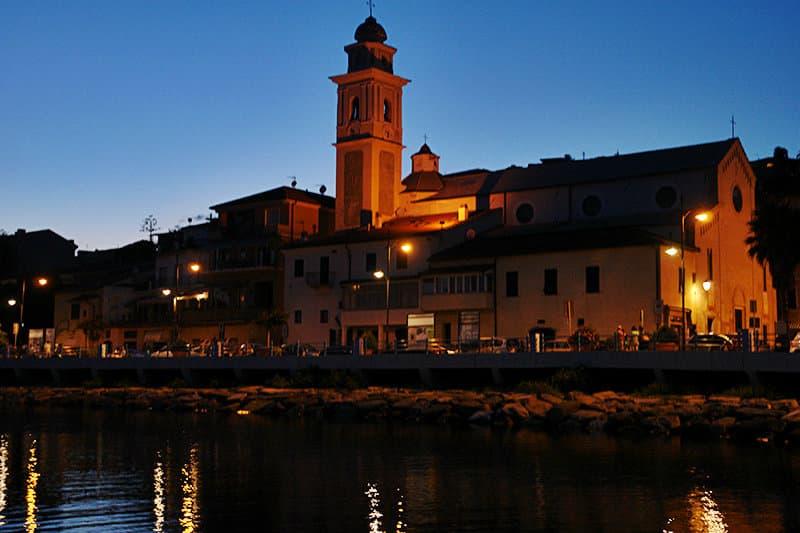 Uitzicht op de oude stad van Santo Stefano al Mare