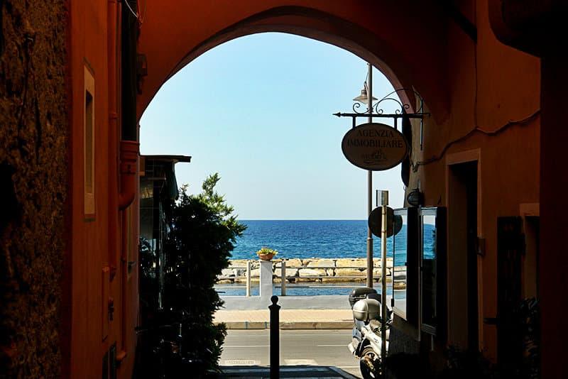 Gezicht op een straat in Santo Stefano al Mare