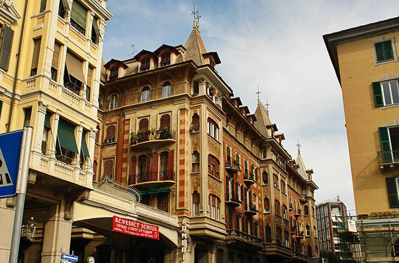Een prachtig uitzicht van een oude stad van Savona