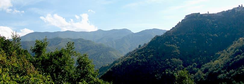 Mooi uitzicht op de bergen in Ligurië