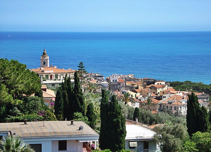 Een prachtig uitzicht op het oude centrum van Bordighera