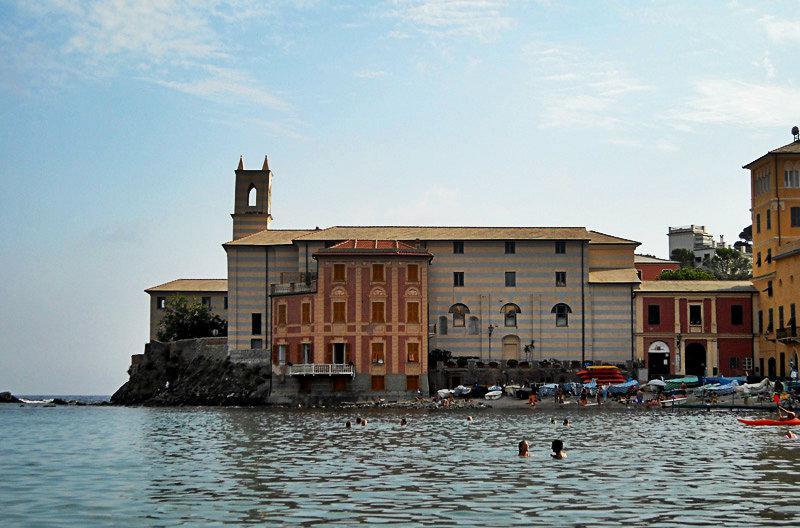 Kleurrijk huis naast de zee in Sestri Levante