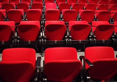 Stoelen in een Ligurische theater