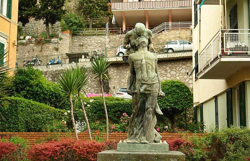 Een oude sculptuur in Sori