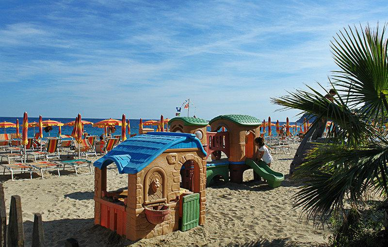 Speeltuin naast het strand in Bergeggi