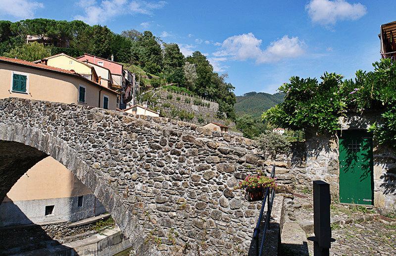De brug in Varese Ligure is een toeristische attractie