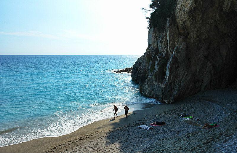 Strand in de buurt van een klif in Finale Ligure