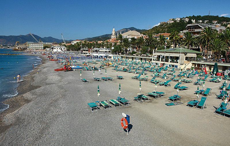 Een mooie mening van Pietra Ligure en het strand