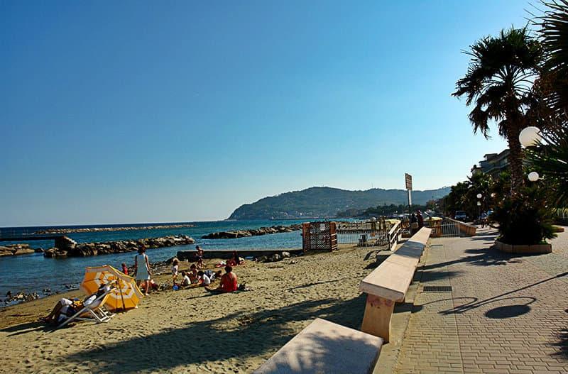 Strand van San Bartolomeo al Mare in Liguria
