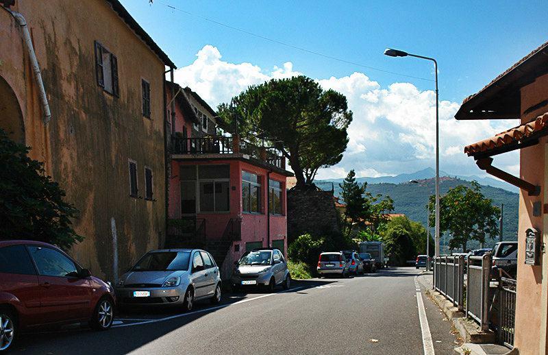 Een mooie straat in Gazzelli, Ligurië