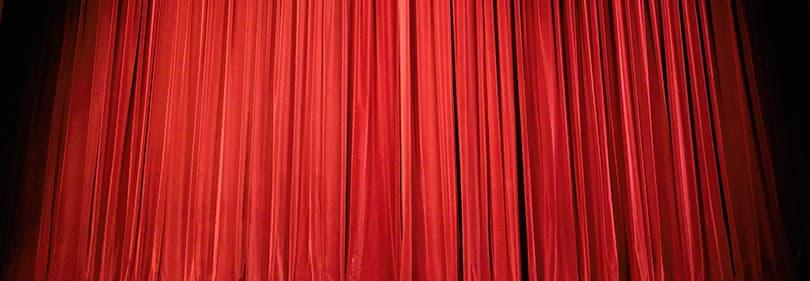 Een rode gordijn - het begin van de voorstelling in een theater Ligurische