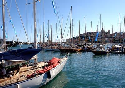 Zeilboten in Porto Maurizio haven tijdens Vele d'Epoca