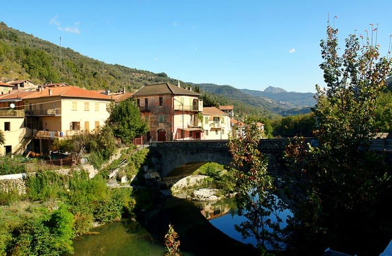 Vessalico is een dorp in Arroscia Valley