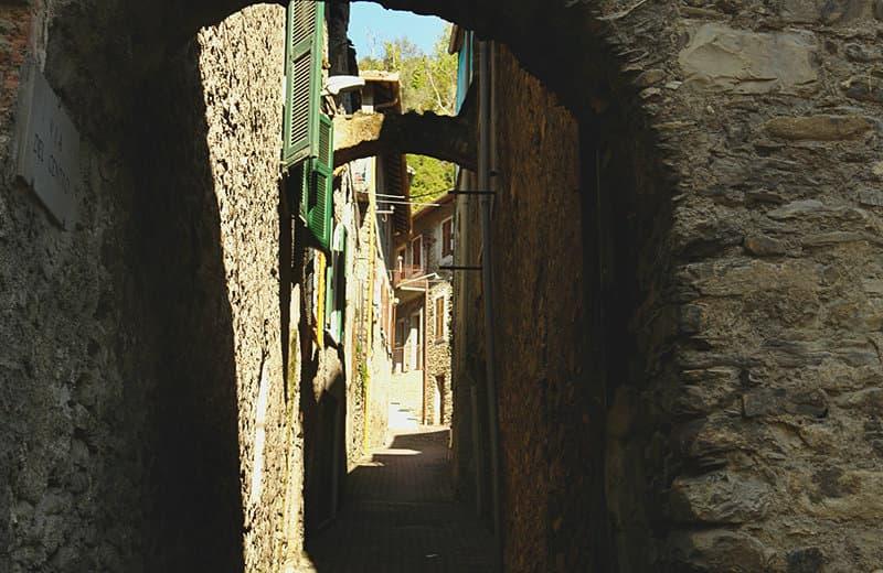 Een middeleeuwse straat van Vessalico in Ligurië