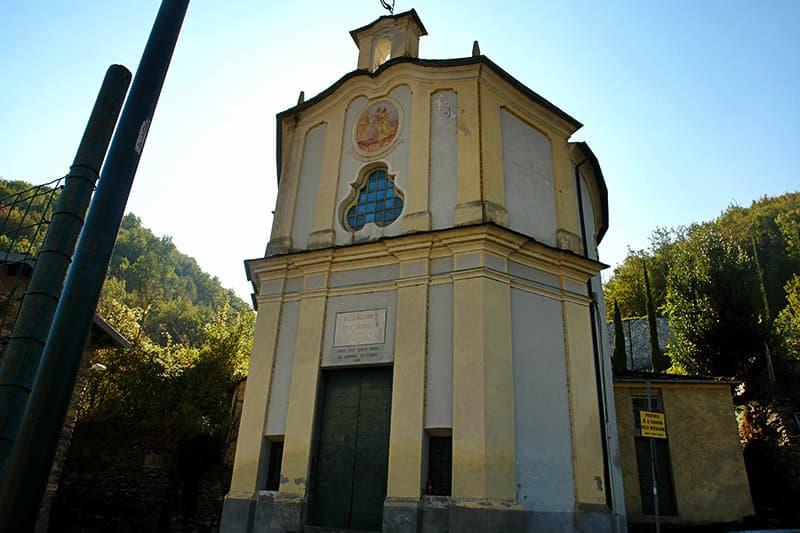 Bezoek de ruïnes van een mooie kerk van Sant'Andrea in Vessalico